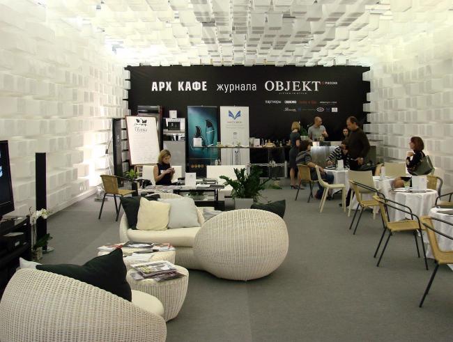 Арх кафе от журнала Object: стены и потолок составлены из белых пластиковых коробок. Получилось уютное пространство.