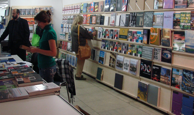 На балконе ЦДХ между первым и вторым этажами во время Арх Москвы располагались киоски журналов и большой книжный магазин «Проект Книги». Эта часть экспозиции закрылась 30 мая.