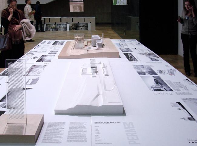 А вот и он – проект-победитель от бюро Проект Меганом. Сохраняемая оболочка вокзала подвешена на веревочках, а реконструируемая середина стоит на макете.