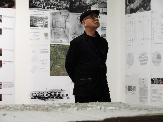 Евгений Асс в день открытия выставки на экспозиции проектов реконструкци Крапивны.