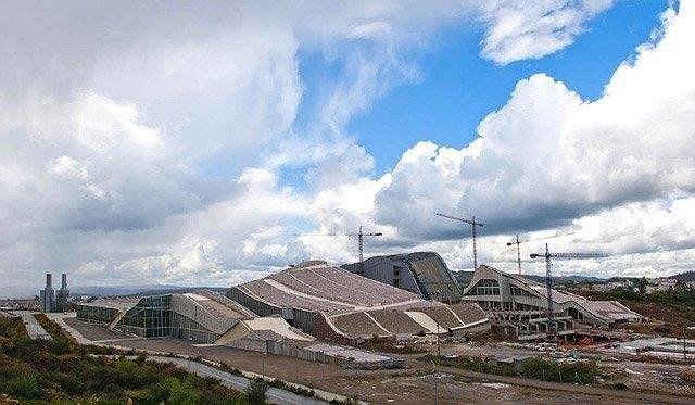 Город культуры Галисии. Вид с юго-востока. Слева направо: архив, библиотека, музей (на заднем плане), центр наследия. Courtesy Fundacion Cidade da Cultura de Galicia