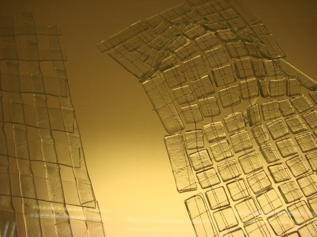 Структуры и поверхности, которые раньше считались невозможными: например, ткань из полосок стекла или цельные стеклянные конструкции, элементы которых крепятся друг к другу только за счет термического соединения.