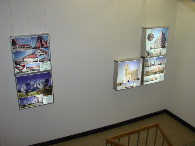 Выставка номинантов премии «Дом года» разместилась на служебной лестнице ЦДХ, которая с этого года также стала частью экспозиционного пространства.