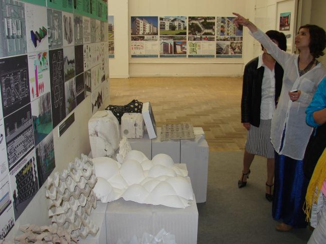 Проекты студентов под руководством Анны Боковой. «Макеты» внизу напоминают скульптуры из новых материалов Вернера Зобека, но представляют собой здания; к тому же они не так дороги.