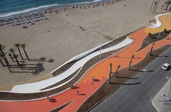 Прогулочная набережная Западного пляжа в Бенидорме. Фото © Alejo Bague