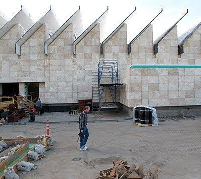 Выставочный павильон Ресник Музея искусства округа Лос-Анджелес в процессе строительства
