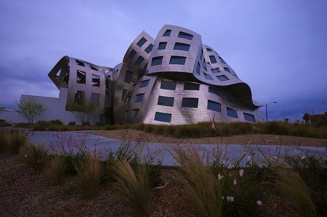 Центр здоровья мозга Лу Руво.  Фото: Janusz Sobolewski via Wikimedia Commons. Лицензия CC-BY-2.0