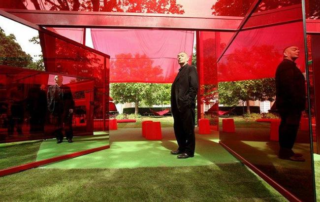 Летний Павильон Галереи Серпентайн 2010. Жан Нувель в интерьере своего павильона © Julien Lanoo