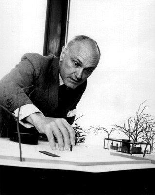 Филип Джонсон с макетом «Стеклянного Дома»