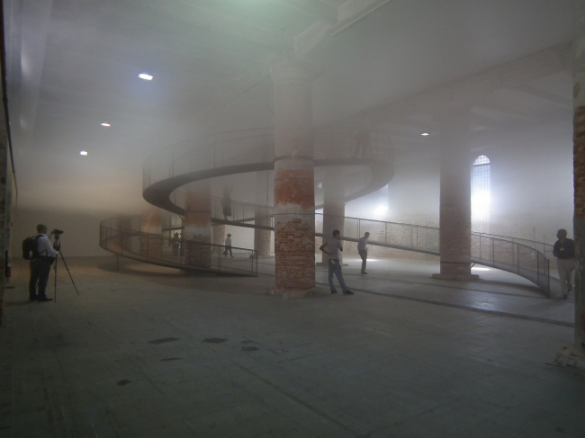 Компания Транссолар Климаинжиниринг и архитектор Тецио Кондо. Cloudscapes (буквально «пейзажи из облаков» или точнее «облаказажи»). Зал №5. ...желание прикоснуться к облаку, пройти через облако – предмет многих наших фантазий. Инсталляция позволяет изучить облако сверху, снизу и внутри. Для чего в центре зала сооружена металлическая рампа высотой 4,3 метра. Инсталляция основана на использовании физического явления насыщенного воздуха, конденсации капель воды, имеющихся в пространстве. Атмосфера над облаком и под ним обладает разной освещенностью, влажностью и температурой. В данном случае вид – снизу