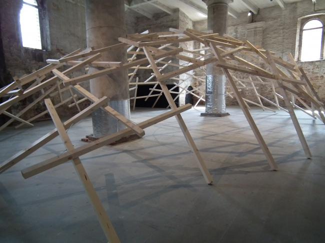 Amateur Architecture Studio (Китай). Распад купола. ...это очень светлая архитектура, форма которой напоминает купола западных зданий. Но принцип его конструкции заимствован из традиционной китайской архитектуры. Он не нуждается в основании, поэтому конструкция не может повредить почве, на которой она установлена. В ней немного частей и она не сложна. Ее легко собирать и разбирать, в этом процессе могут принимать в том числе и люди, далекие от архитектуры...
