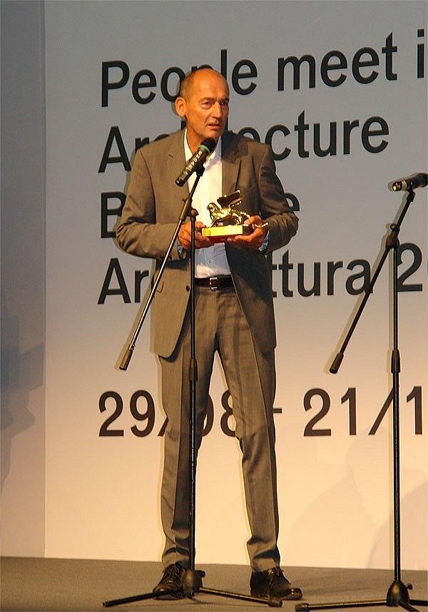 Рем Колхас с «Золотым львом» за вклад в архитектуру 12-й биеннале. 2010. Фотография Нины Фроловой
