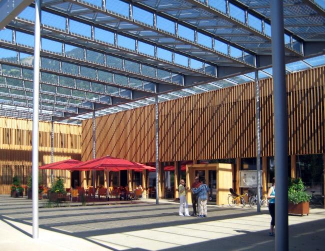 Административно-общественный центр в Лудеше. Здесь расположена мэрия, библиотека, детский сад, ресторан, почта, магазины, залы для общественных мероприятий.  Фотография: Марина Игнатушко