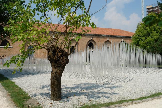 Пэй Чжу. Инсталляция «Сад И» перед павильоном КНР. Фото Нины Фроловой