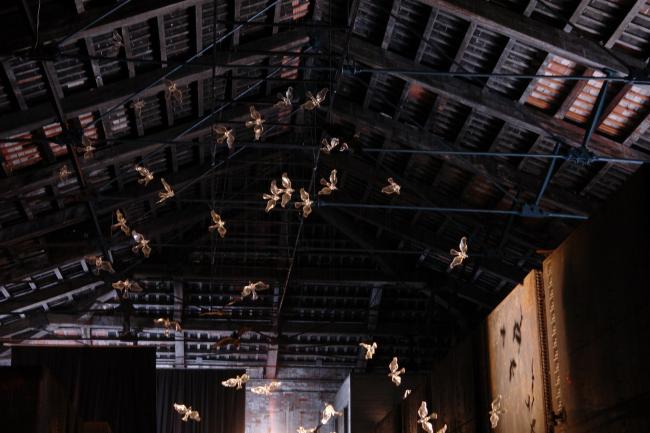 Фань Юэ и Ван Чаогэ. Инсталляция «Стена / ветер» в павильоне КНР. Фото Нины Фроловой