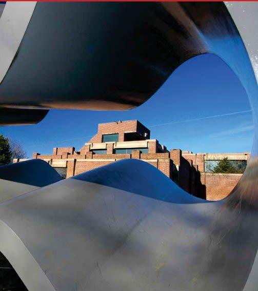 Музей современного искусства метрополии Лилля - новое крыло. Вид на старый корпус