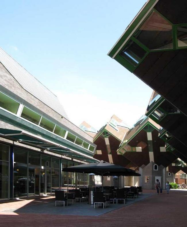 Городская библиотека Хелмонда. Задний фасад, терраса кафе и жилой комплекс Пита Блома