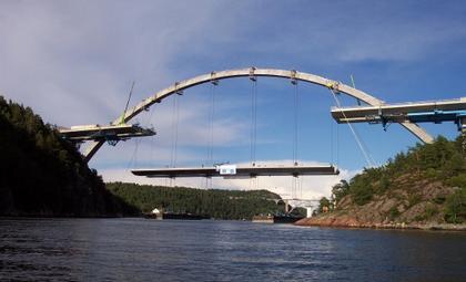 Новый мост через залив Свинеcyнд в процессе строительства
