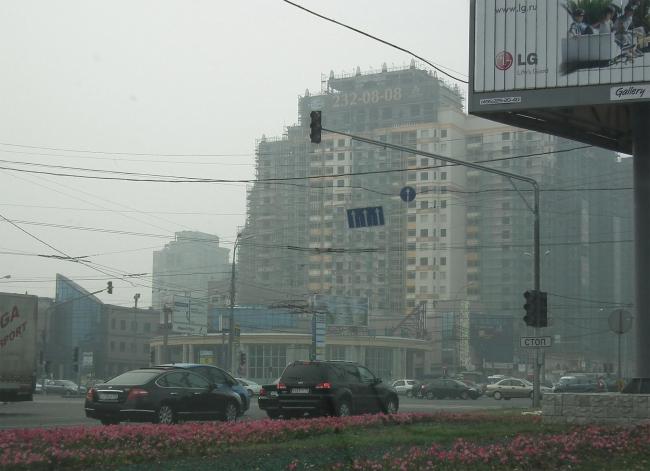 Тоже в дыму, лето 2010. Рядом с метро Университет