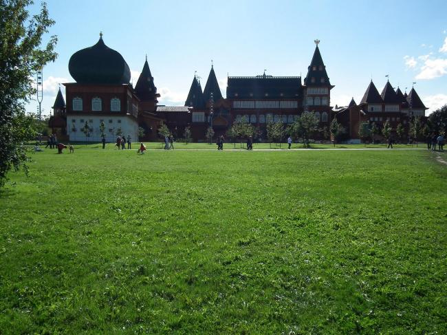 Один из последних подарков мэра Юрия Лужкова Москве - дворец в Коломенском. Его открыли осенью 2010 и пресса его практически не обсуждала
