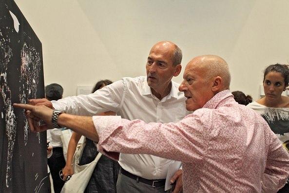 Рем Колхас показывает Норману Фостеру экспозицию Cronocaos. Фото © Baunetz