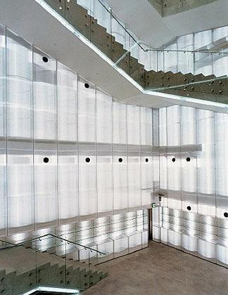 Музей искусств сеульского национального университета. Интерьер. зигзагообразная лестница внутри музея проходит через стены из подсвеченного, кажущегося покрытым инеем стекла. Фото: Патрик Войт