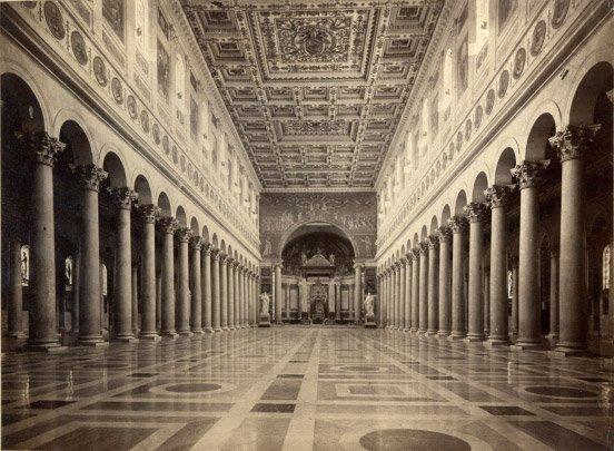 Интерьер римской базилики Сан-Паоло-фуори-ле-Мура, восстановленной из руин после пожара 1823 года