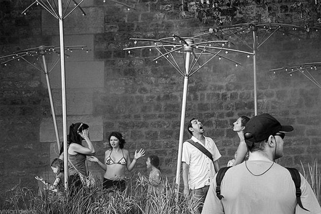 Париж. Фото Вивиан дель Рио. Подпись на выставке: «Жарким летом  пользовались популярностью у горожан новые дождевые установки у кремлевской стены»