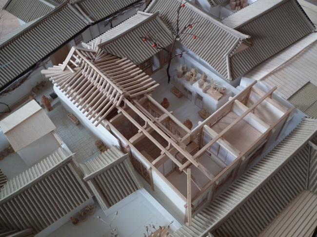 В макет встроено то самое здание, которое в натуральную величину (частями) построено в павильоне.