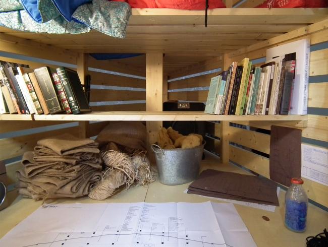 Но что там книги, главное - банки. Баночки, ведерки, семена. Пахнет - замечательно.