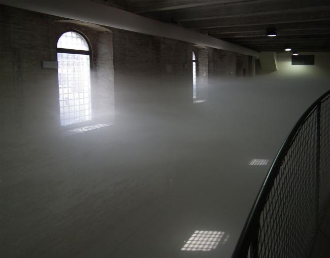 Что-то похожее получилось в павильоне Польши: только вместо металлической лестницы - металлические решетчатые ящики, а вместо технологичного транссоларского пара - на вид очень вредные клубы пыли: