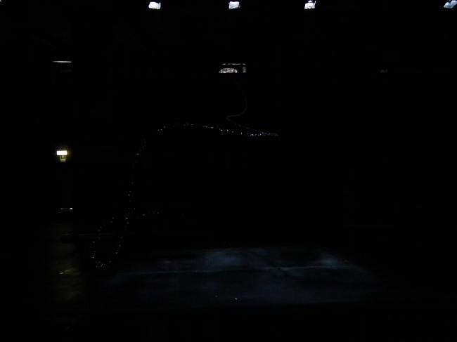 Вторая главная инсталляция прошедшей биеннале - облако Тецио Кондо, исполненное компанией Транссолар. Тоже страшно не новая для современного искусства вещь, но на архитектурных выставках такие облака встречаются редко. Зал был выгорожен белыми стенками, из отверстий в которых, собственно, и накачивали пар. Очевидцы говорят, что пара было то больше, то меньше.