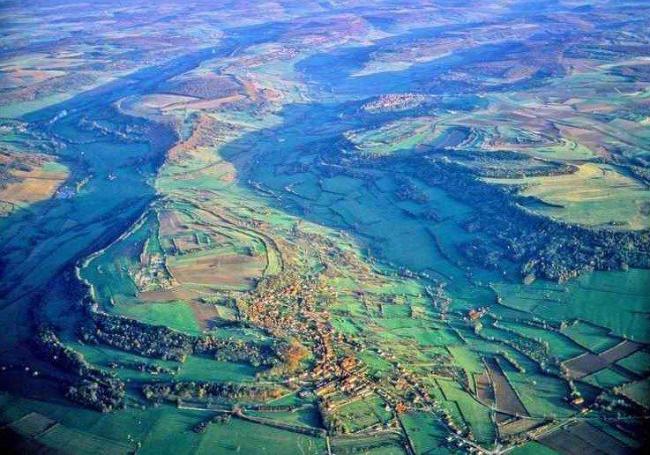 Вид долины Ализ-Сент-Рен с воздуха. На вершине холма - древняя Алезия