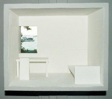 Окно в залитой солнцем идеальной белоснежной «комнате» с видом на лагуну. Фото: Филиппо Романо