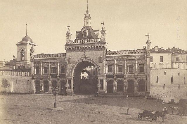 Третьяковские ворота Китай-города, построены в 1869-71 гг. А.С. Каминским. Фото: http://arch-museum.livejournal.com/
