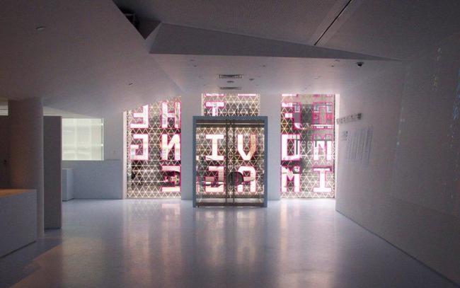 Музей кинематографа - новое крыло. Вид из вестибюля на главный вход © Peter Aaron/Esto. Courtesy of museum of the moving image & designboom.com