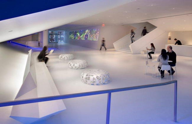 Музей кинематографа - новое крыло. Слева - выход из главнго кинозала, справа - главная лестница © Peter Aaron/Esto. Courtesy of museum of the moving image & designboom.com