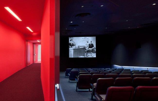 Музей кинематографа - новое крыло. Малый кинозал и фойе © Peter Aaron/Esto. Courtesy of museum of the moving image & designboom.com