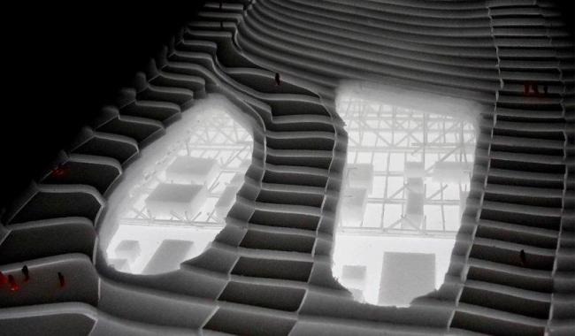 Мусороперерабатывающий завод и горнолыжный склон Amagerforbraending. Проемы в перекрытиях, позволяющие наблюдать за работой завода © BIG Archtects