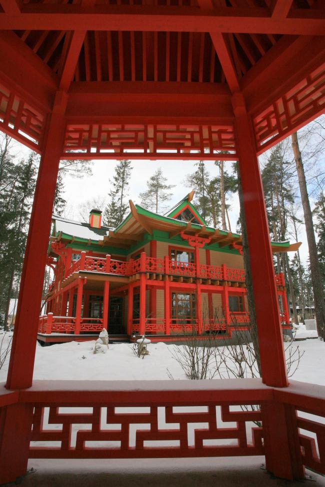 Вид на китайский домик из ротонды