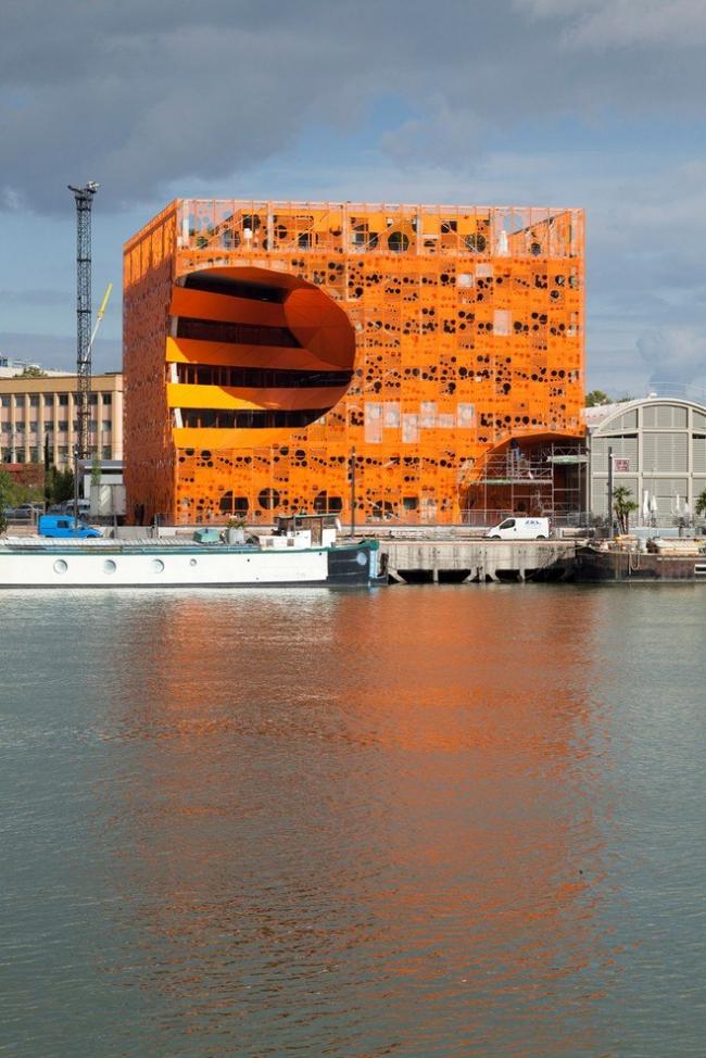 Многофункциональный центр The Orange Cube. © Nicolas Borel