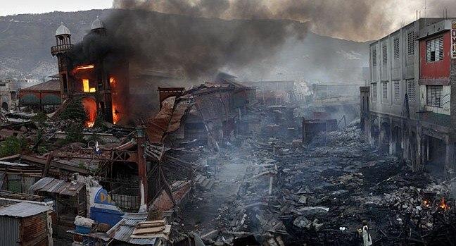 «Железный рынок» в Порт-о-Пренсе сразу после землетрясения в январе 2010 © Roger Lemoyne