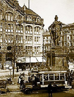 Статуя Беролины перед универмагом Тица