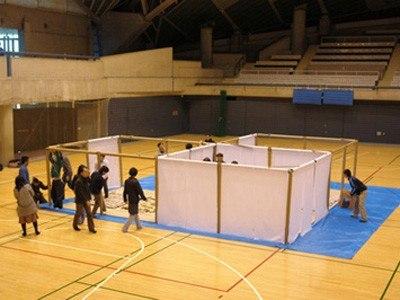 Конструкции Шигеру Бана для укрывающихся в спортзалах японцев, лишившихся крова в результате землетрясения. Фото с сайта shigerubanarchitects.com