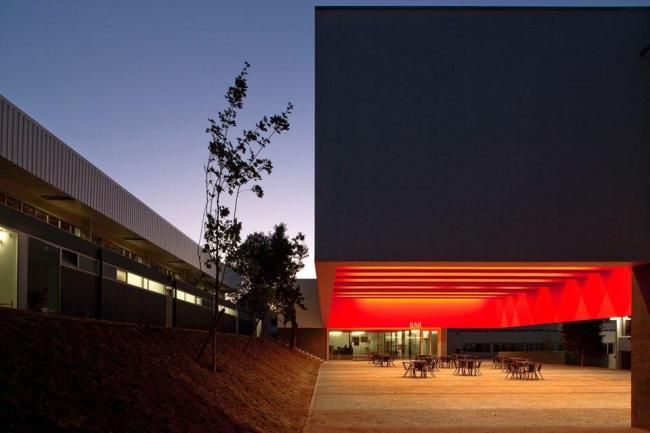 Новый корпус школы Гарсья де Орта в Порто. Архитектор Рикарду Бак Гордон. Фото © Leonardo Finotti