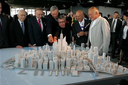 Фумихико Маки, девелопер Ларри Сильверстайн, губернатор Дж. Патаки, Даниэль Либескинд, Норман Фостер и Ричард Роджерс у макета Манхеттена с новым ЦМТ