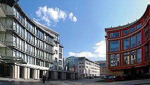 Овальная площадь комплекса. Слева – Росгосстрах, справа – «Легион», в центре – «Даймлер-Крайслер»