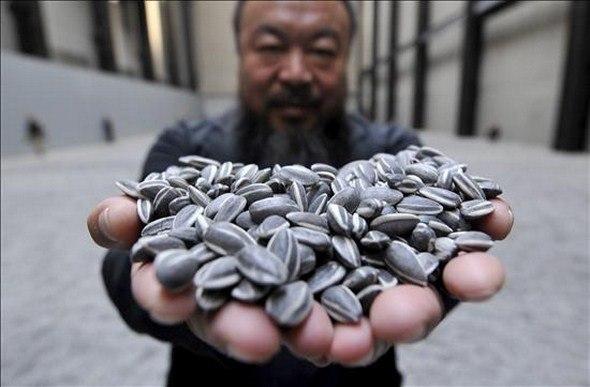 Вэйвэй и его инсталляция «Семена подсолнечника» в лондонской Tate Modern. 2010 © http://www.aiweiwei.com/