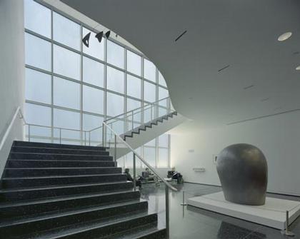 Отреставрированная лестница «Баухаус» между 2-м и 3-м этажами в здании Филипа Гудвина и Эдварда Дарелла Стоуна