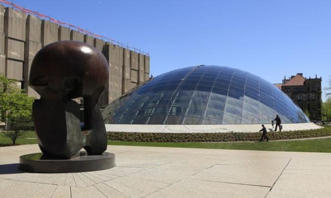 Библиотека имени Джо и Рики Мансуэто и скульптура Генри Мура «Ядерная энергия» ©  Chris Walker